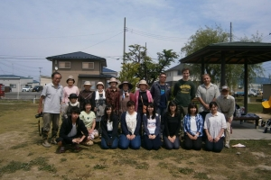 What a nice day with these people! We spent all morning together weeding and planting.